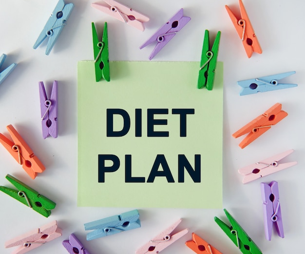 Piano dieta - testo su foglio di appunti e mollette colorate