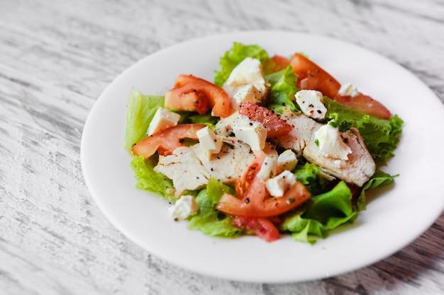 Insalata dietetica con pomodoro, pollo e pompelmo