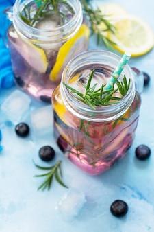 Bevanda vitaminica dietetica o concept bevanda rinfrescante fatta in casa con mirtilli e rosmarino