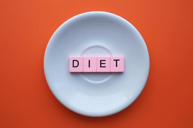 Parola di dieta, su sfondo arancione. concetto di salute
