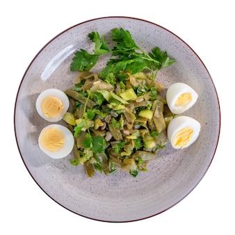 Piatto dietetico di fagiolini, peperoni, cipolle e altri ingredienti, cibo sano, vista dall'alto