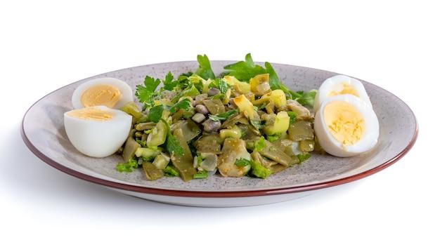 Piatto dietetico di fagiolini, peperoni, cipolle e altri ingredienti, cibo sano