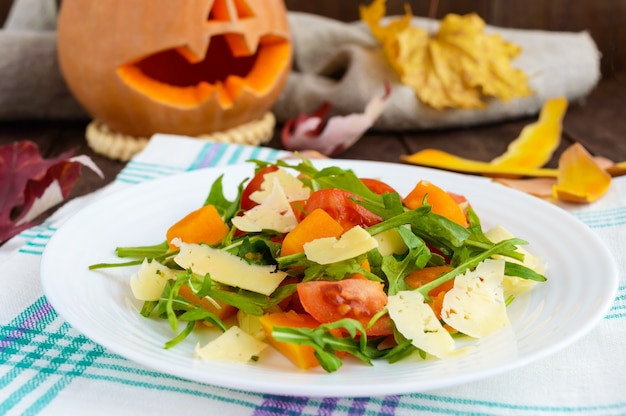 Insalata dietetica con zucca, pomodori freschi, rucola e parmigiano.