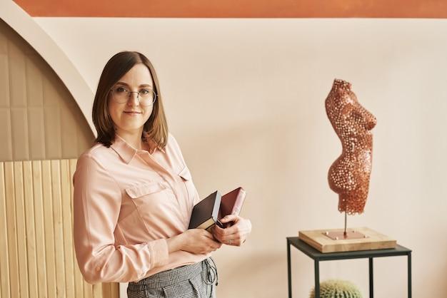 Dietetica perdita di peso scienze del corpo donna masturbandosi libri accanto a una scultura di una figura femminile