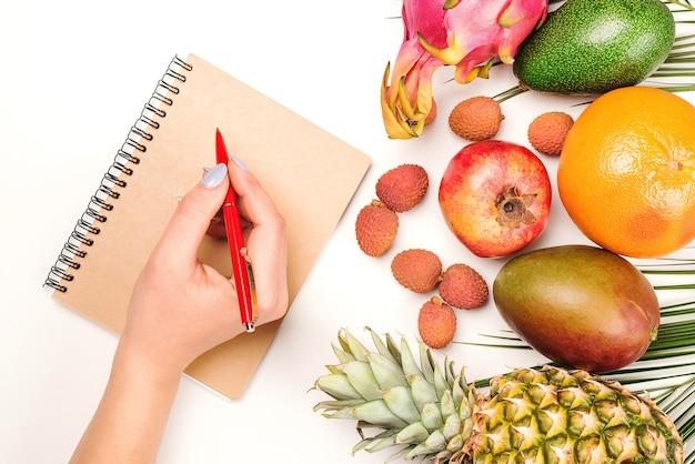 Dietista che fa un menu di alimentazione sana, copia dello spazio. giusta nutrizione e idea dimagrante. dieta a base di frutta