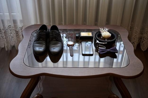 Diversi accessori di un uomo d'affari per creare uno stile di persone giacciono su una superficie di legno