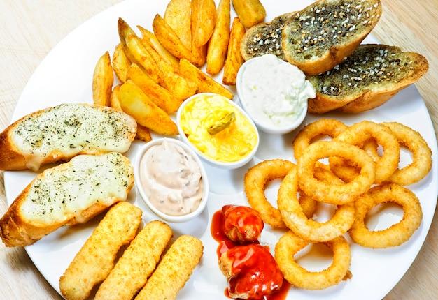 Diversi antipasti e snack. cibo arabo.