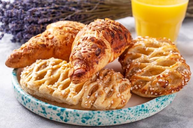 Panini al forno differenti su un piatto. concetto di colazione mattutina
