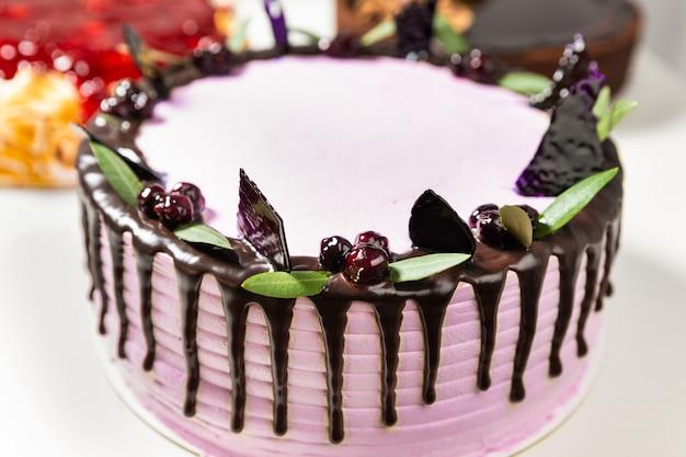 Diverse belle torte sullo sfondo bianco, da vicino