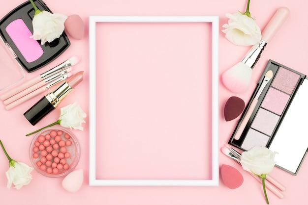 Disposizione di diversi prodotti di bellezza con cornice vuota