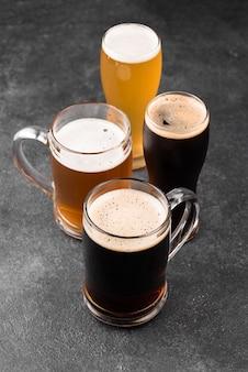 Diversi tipi di birra disposizione ad alto angolo