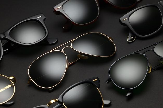 Diversi occhiali da sole neri