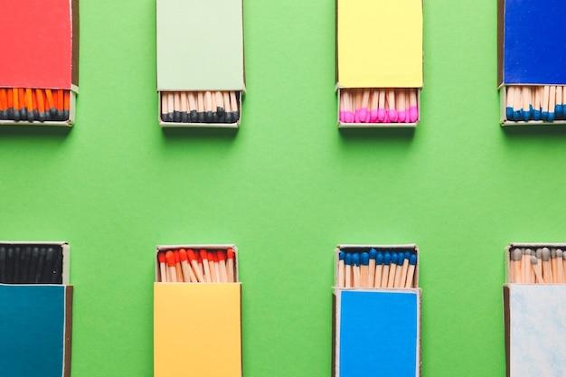 Scatole diverse con fiammiferi su sfondo colorato