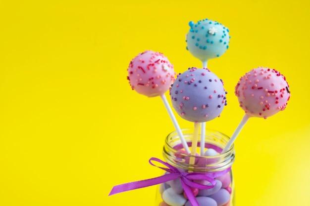 Cake pops diversi nel barattolo di vetro copia spazio primo piano