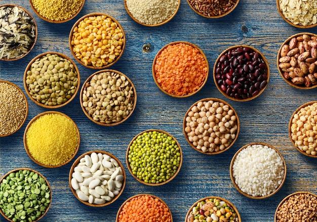 Cereali e legumi diversi: riso, piselli, lenticchie, fagioli, miglio, grano saraceno, ceci. vista dall'alto.