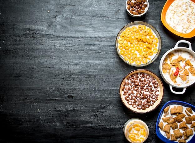 Diversi cereali con un latte.