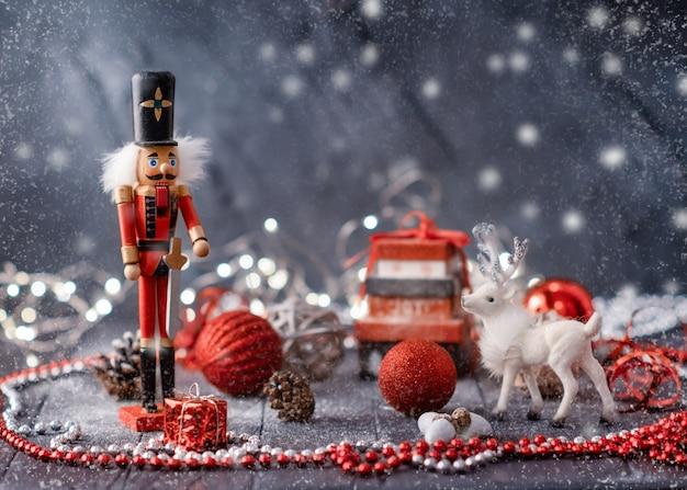 Diverse decorazioni natalizie su sfondo di legno