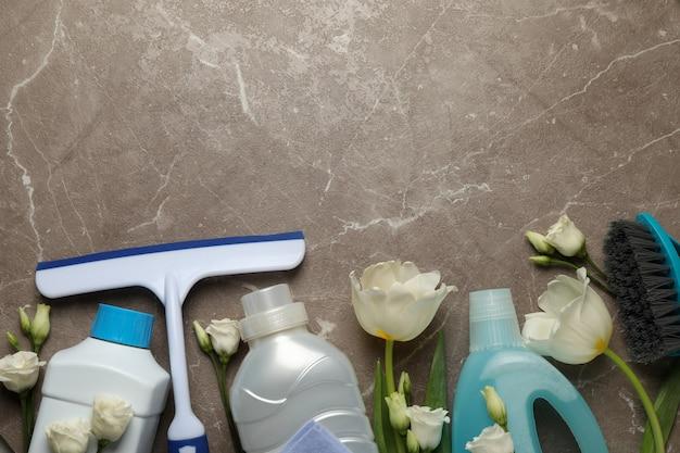 Diversi strumenti di pulizia su grigio, spazio per il testo