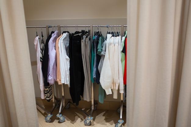 Diversi vestiti appesi nello spogliatoio.
