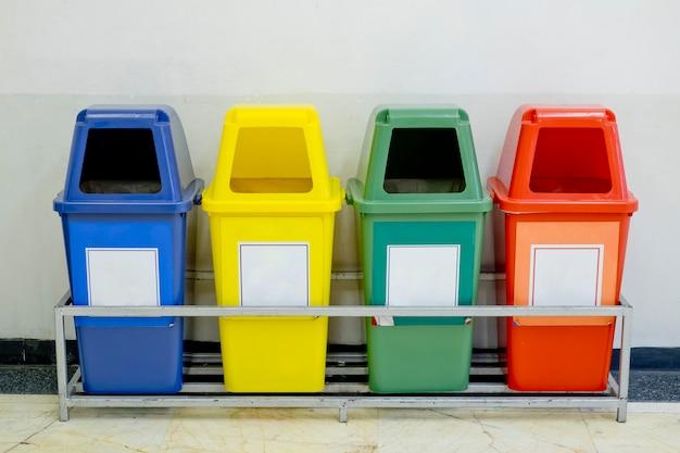 Diversi contenitori colorati wheelie impostato con l'icona di rifiuti
