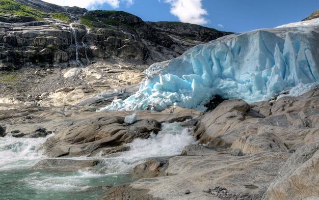 Diversi colori di un paesaggio norvegese
