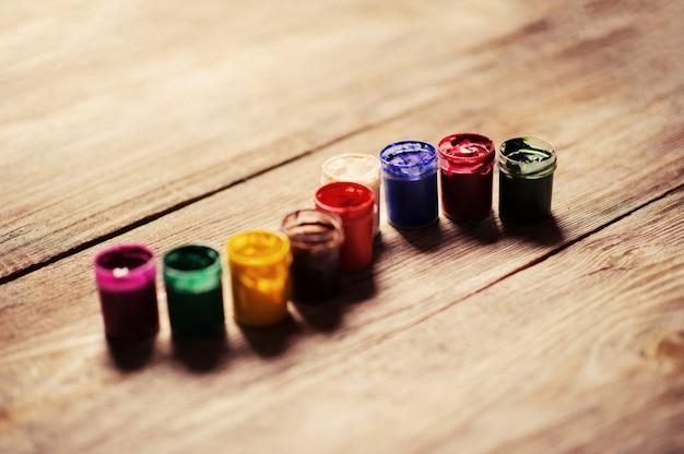 Vernice di colore diverso sullo sfondo di legno