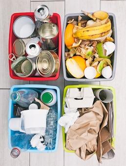 Diversi contenitori per l'ordinamento dei rifiuti