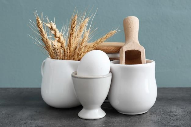 Diversi utensili da cucina sul tavolo