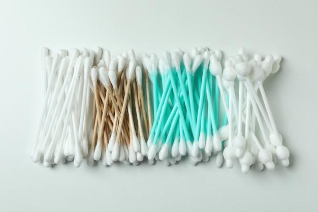 Diversi tamponi di cotone su sfondo bianco, vista dall'alto