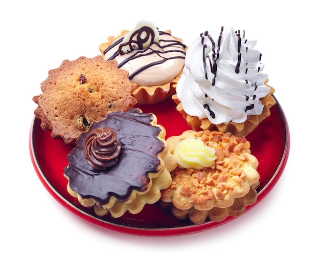 Cupcakes diversi in un piatto su bianco
