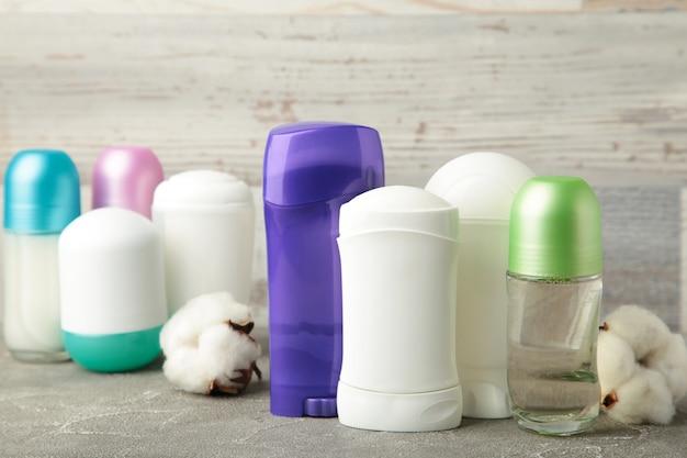 Diversi deodoranti con cotone. vista dall'alto.