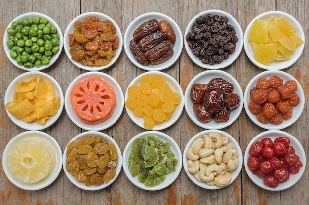 Diversi frutti di dired in fila per sfondo di cibo