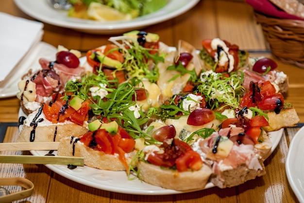 Diversi piatti e snack sul tavolo delle vacanze.