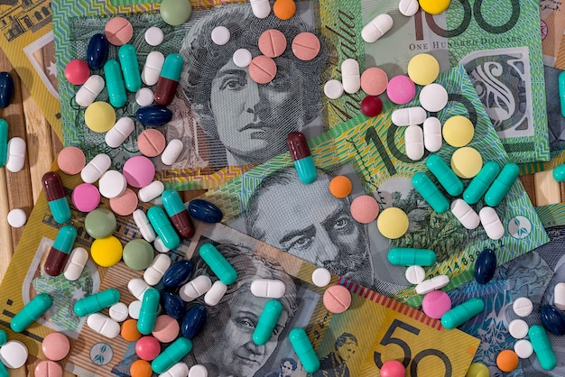 Diverse pillole disperse sulle banconote in dollari australiani