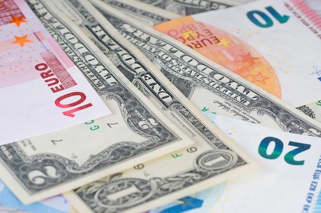 Diverse banconote in dollari ed euro