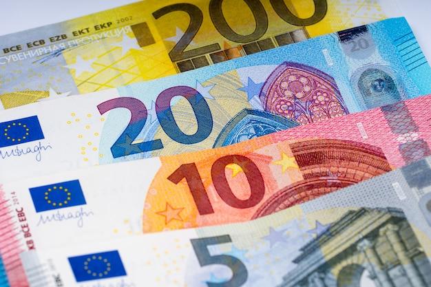 Diverse banconote in euro in fila