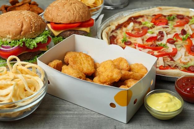 Diversi fast food sul tavolo grigio strutturato