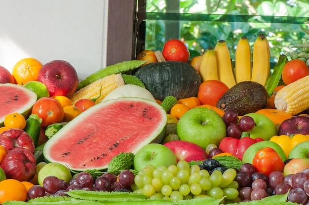 Diversi frutti e verdure fresche per mangiare sano e dieta
