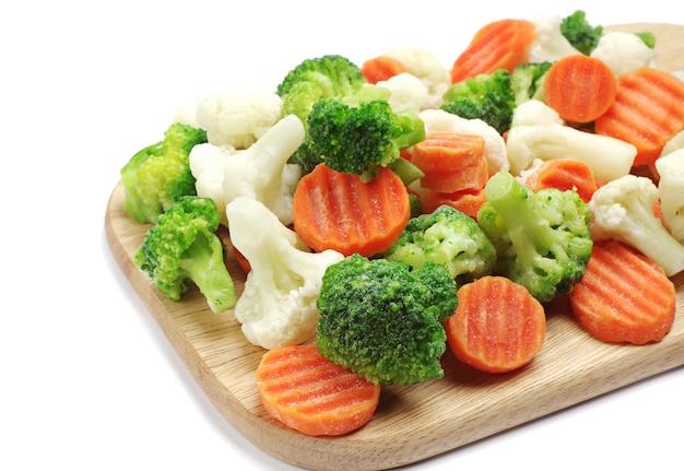 Diverse verdure surgelate su un tagliere