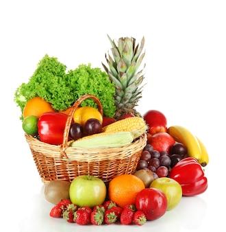 Frutta e verdura differenti isolate su bianco