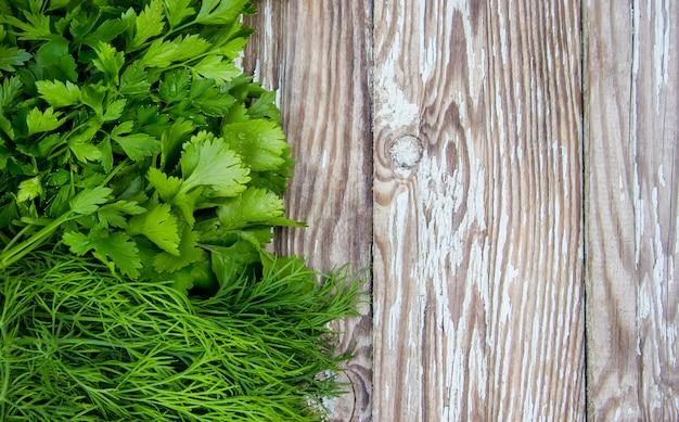 Verdure homegrown differenti su fondo di legno bianco. messa a fuoco selettiva.