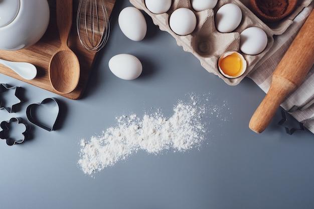 Diversi ingredienti e utensili da cucina per fare biscotti o cupcakes, lay flat, copyspace. e
