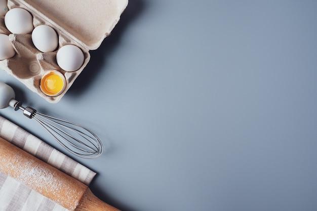 Diversi ingredienti e utensili da cucina per fare biscotti o cupcakes, lay flat, copyspace.