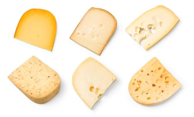 Diversi tipi di formaggi isolati su bianco.