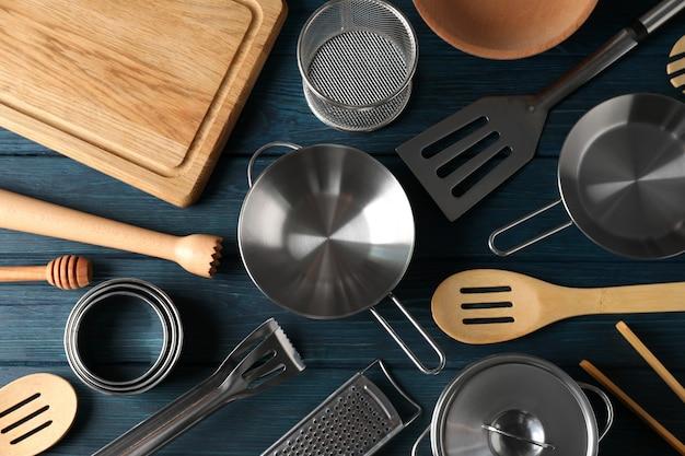 Utensile da cucina diverso su fondo di legno blu.