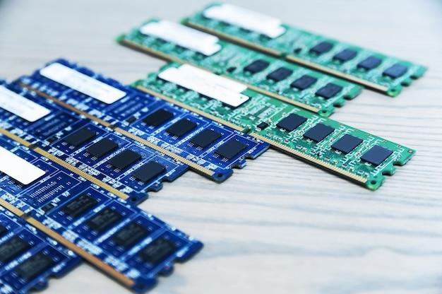 Diversi slot di memoria sono sul tavolo di legno.