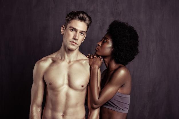 Nazioni diverse. bellissimi giovani in piedi insieme pur avendo un diverso colore della pelle