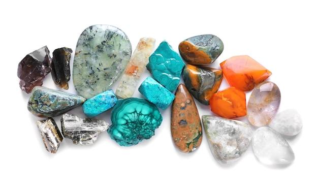 Pietre semipreziose naturali differenti per gioielli isolati