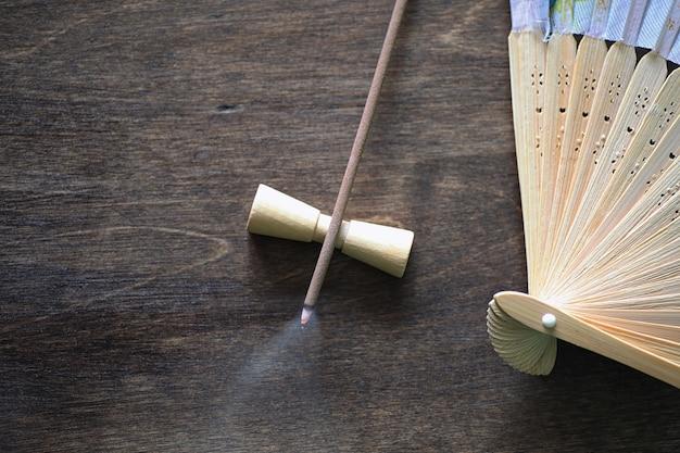 Diversi oggetti con tradizionali religiosi orientali su uno sfondo di legno