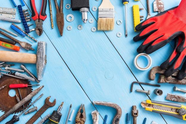 Diversi vecchi strumenti arrugginiti sul tavolo.